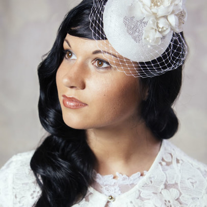 DANIELLE – bridal pillbox hart with silk flowers and birdcage veil