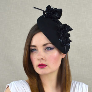 b26bfbe8 ... Birdcage Veil 52.00 €; For Phil - ANNIE - Black Felt Pillbox Teardrop  Hat with Patent Leather Flowers ...